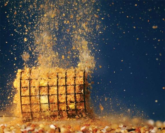Активные субстанции заставляют прикормку в кормушке буквально взрываться, что быстро привлекает нехищных рыб к месту ловли.
